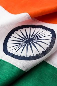 Close-up foto van indiase vlag gemaakt van puur katoen of khadi, met textuur en plooien, selectieve focus
