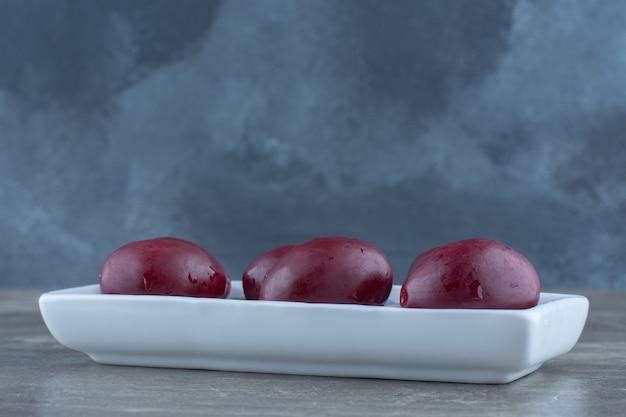 Close-up foto van ingeblikte groente op plaat.
