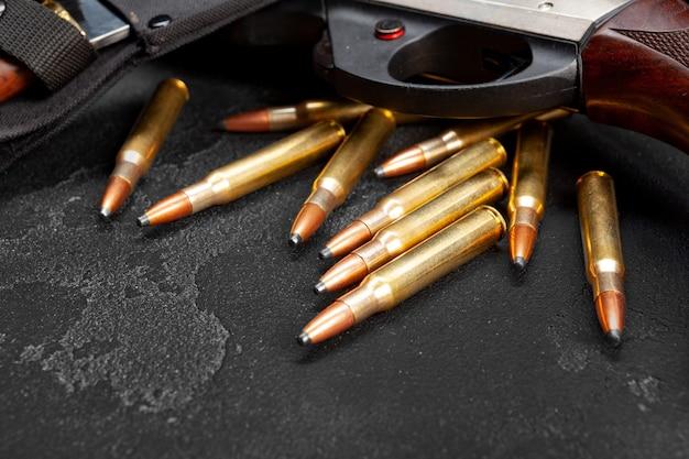Close-up foto van jachtgeweer en patronen op donkergrijze achtergrond
