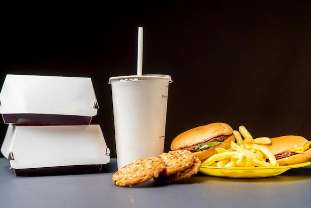 Close-up foto van junk fast food maaltijd op donkere ondergrond f