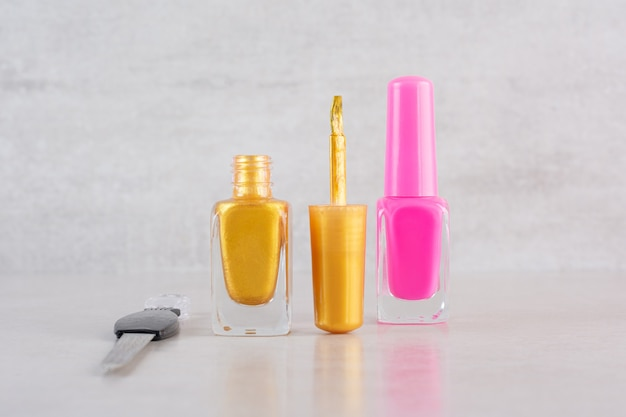 Close-up foto van kleurrijke nagellakken op grijs.
