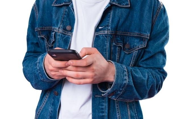 Close-up foto van man in spijkerbroek jasje met smartphone