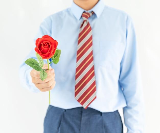 Close-up foto van man met rode roos op witte achtergrond