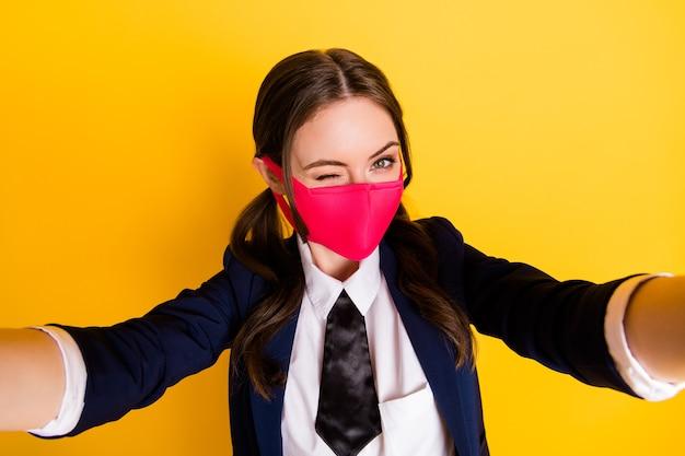 Close-up foto van middelbare school student meisje make selfie bloggen knipoog draag medisch masker
