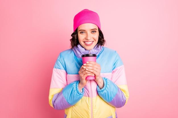 Close-up foto van mooie dame hand in hand warm nemen drank dragen warme gekleurde jas geïsoleerd roze achtergrond