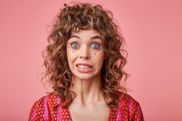 Close-up foto van mooie dame met grote ogen geopend ongemakkelijk gevoel, wenkbrauwen optillen, oeps zeggen, geïsoleerd