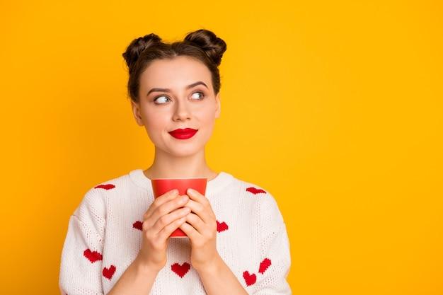 Close-up foto van mooie dame warme koffie drinken beker genieten van geur kijken lege ruimte dromer dragen harten patroon wit rode trui