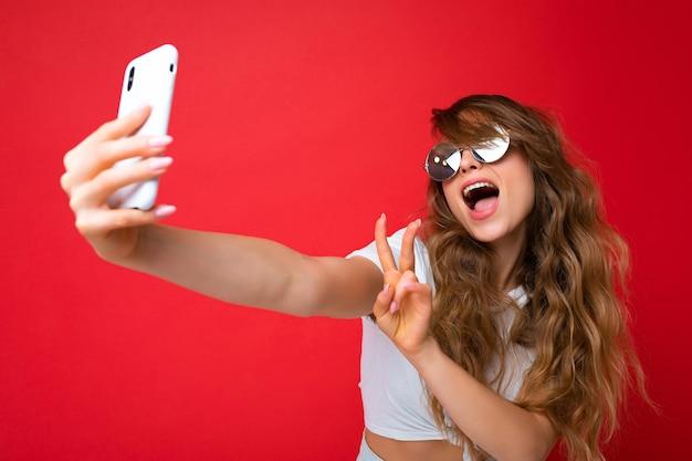 Close-up foto van mooie jonge vrouw met mobiele telefoon selfie foto met smartphone