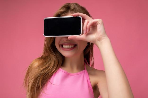 Close-up foto van mooie lachende jonge vrouw goed uitziende dragen casual stijlvolle outfit staan