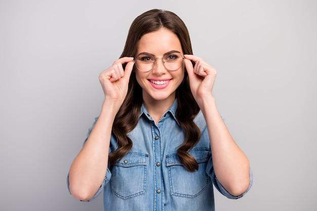 Close-up foto van mooie mooie zakelijke dame nieuwe bril gebruiken voor het werk met computer opslaan beschermen gezichtsvermogen slijtage specs casual jeans overhemd geïsoleerde grijze kleur