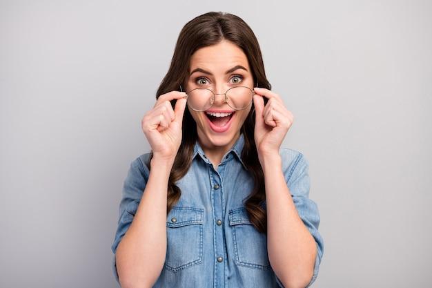 Close-up foto van mooie zakelijke dame open mond gebruik nieuwe brillen werken met computer beschermen gezichtsvermogen slijtage specs casual jeans denim overhemd geïsoleerde grijze kleur