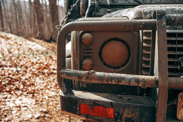 Close-up foto van off-road auto in de bergen