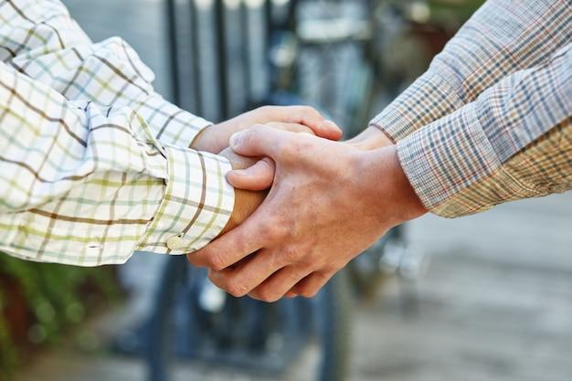 Close-up foto van ondernemers handen schudden, een overeenkomst sluiten