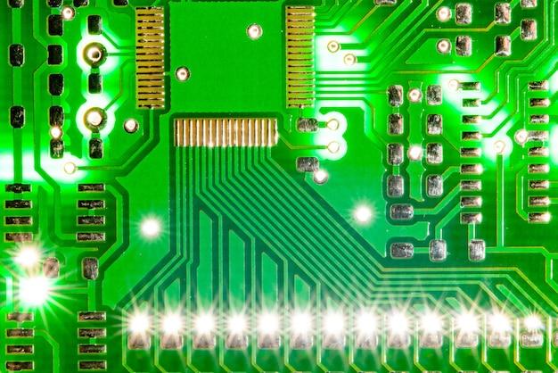 Close-up foto van pcb printplaat elektrisch met lichtflits erachter