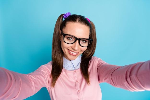 Close-up foto van positief vrolijk middelbare schoolmeisje maakt selfie