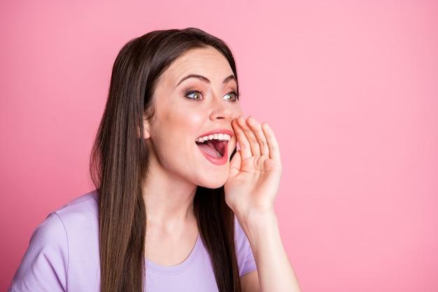 Close-up foto van positief vrolijk opgewonden meisje houd hand lippen mond schreeuw deel privé nieuwigheid copyspace draag mooie kleding geïsoleerd over roze kleur achtergrond