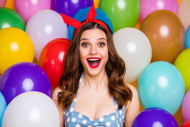 Close-up foto van positieve lief meisje vieren gelegenheid onder de indruk schreeuw