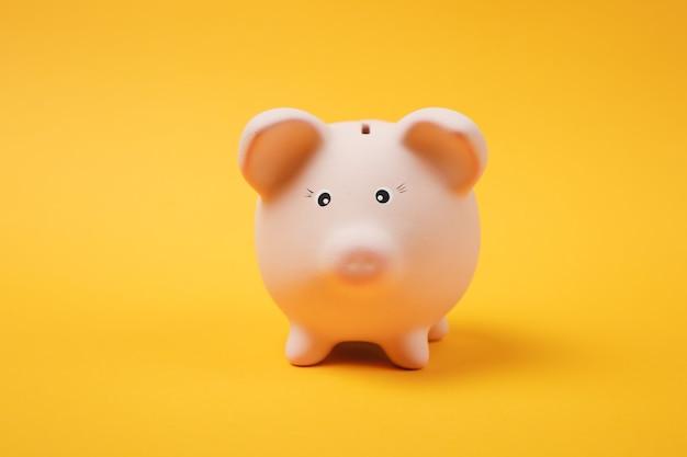 Close-up foto van roze spaarvarken geïsoleerd op felgele muur achtergrond. geldaccumulatie, investeringen, bank- of zakelijke diensten, rijkdomconcept. kopieer ruimte reclame mock-up.