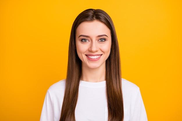 Close-up foto van schattige aantrekkelijke vrolijke dame goed humeur stralende glimlach lang perfect verzorgd kapsel dragen casual wit t-shirt geïsoleerde levendige gele kleur muur