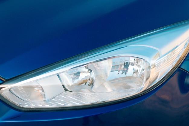 Close-up foto van schone koplamp op blauwe auto