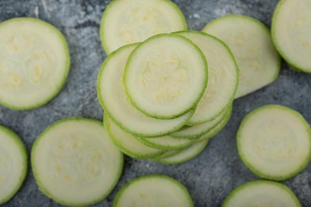 Close-up foto van stapel courgette plakjes.