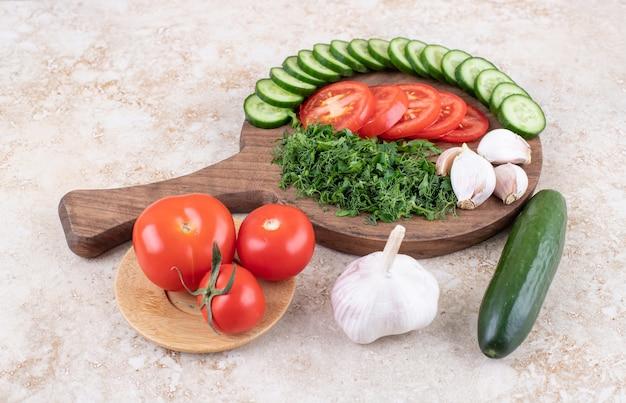 Close-up foto van stapel gesneden groenten op houten snijplank