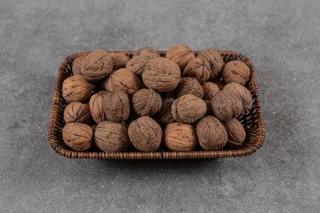 Close-up foto van stapel walnoten in de mand.