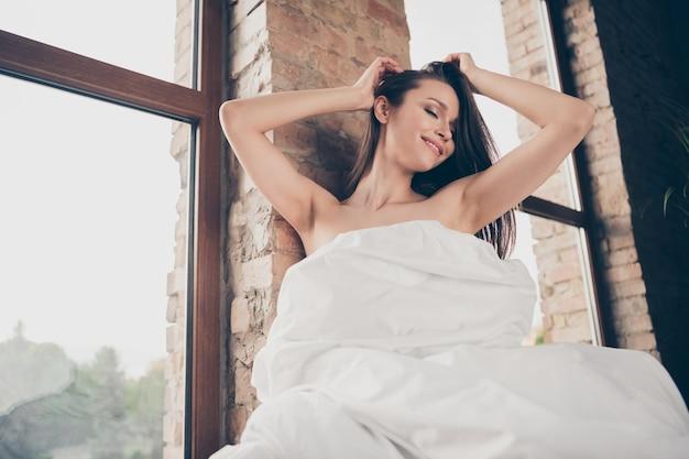 Close-up foto van tedere verleidelijke dame quarantaine thuis blijven bedekt witte deken naakte schouders sensuele notebook uitkleden vriendje video-oproep aanraken hoofd plagen zitten in de buurt van raam binnenshuis