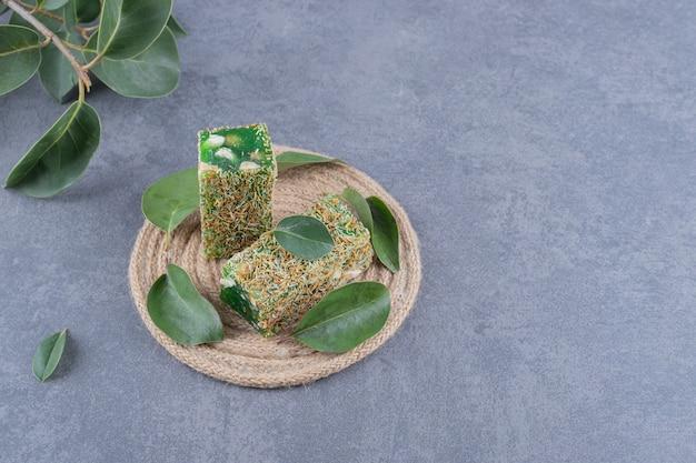 Close-up foto van turks fruit lokum of rahat lokum met hazelnoten op grijze achtergrond.