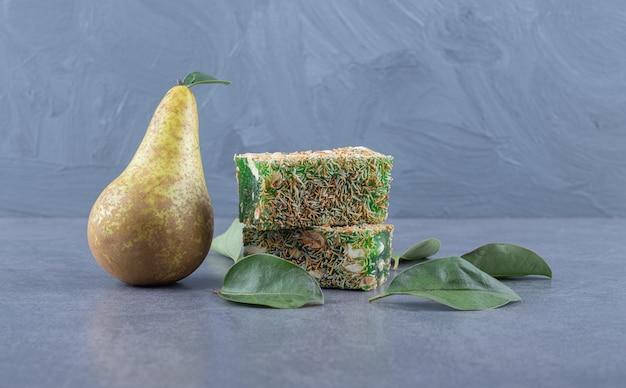 Close-up foto van turks fruit rahat lokum met hazelnoten op grijze achtergrond.