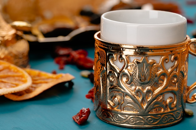 Close-up foto van turkse nationale desserts met een kopje koffie