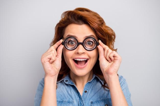 Close-up foto van verbaasd funky meisje ziet er goed uit zie prachtige zwarte vrijdag nieuwigheid aanraking specificaties schreeuw schreeuw draag stijlvolle trendy jeans geïsoleerd over grijze kleur muur