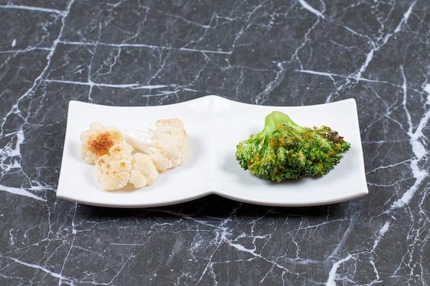Close-up foto van verse gestoomde groenten. dieetmaaltijd.
