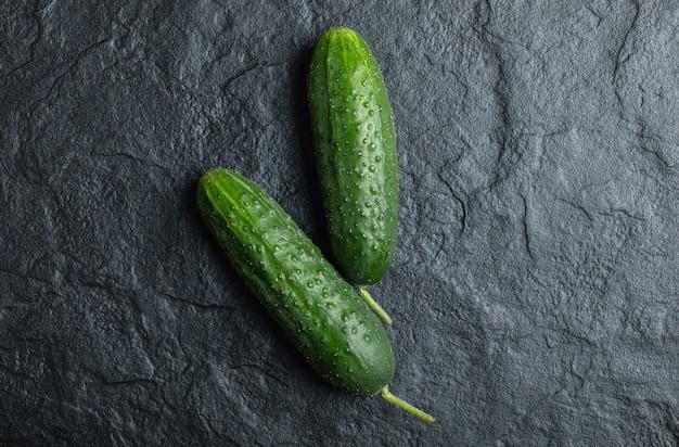 Close-up foto van verse komkommer op zwarte achtergrond.