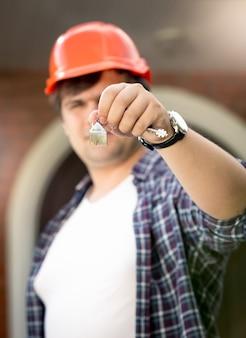 Close-up foto van voorman met sleutels van nieuw huis