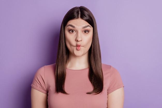 Close-up foto van vrij grappige gekke fgirl die grimas lipa voor de gek houdt die over violette kleurenachtergrond wordt geïsoleerd