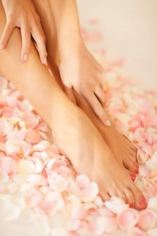 Close-up foto van vrouwelijke handen en benen