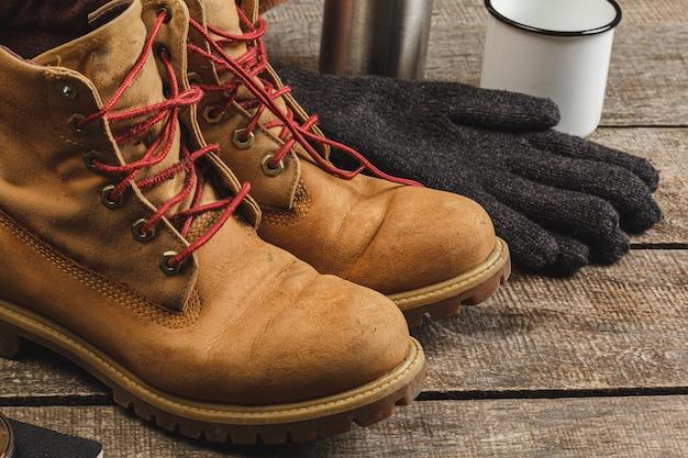 Close-up foto van wandelschoenen en mes