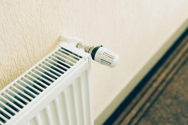 Close-up foto van witte radiator in de woonkamer. klaar voor het winterseizoen