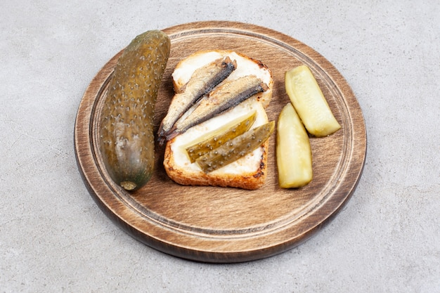 Close-up foto van zelfgemaakte vissandwich met augurk