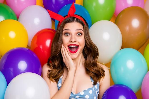 Close-up foto verbaasd opgewonden meisje vieren feestelijke gelegenheid onder de indruk