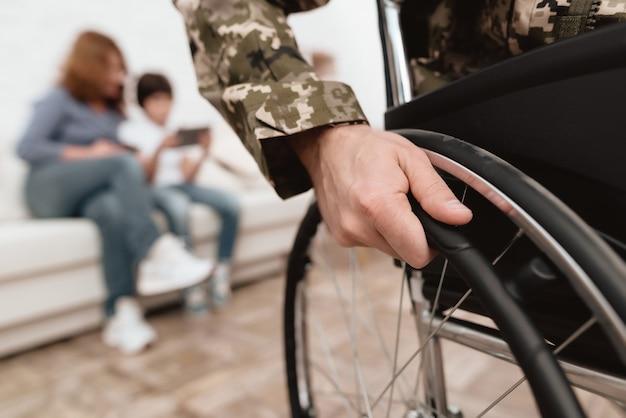 Close-up foto veteraan in een rolstoel.