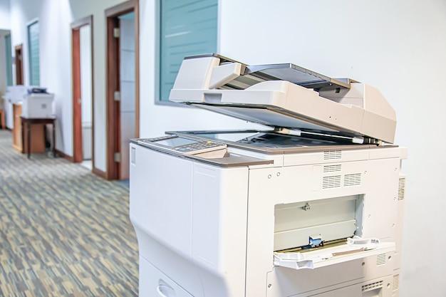 Close-up fotokopieerapparaat of printer is kantoorapparatuur voor het scannen en kopiëren van papier.