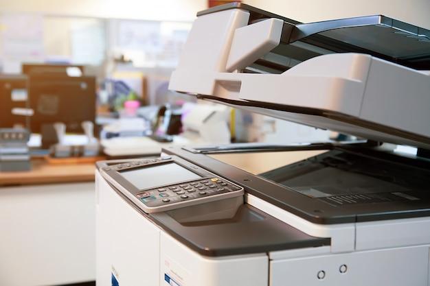 Close-up fotokopieerapparaat of printer is kantoormedewerker hulpmiddel.