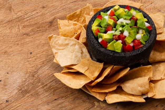 Close-up fruitsalade met tortilla chips