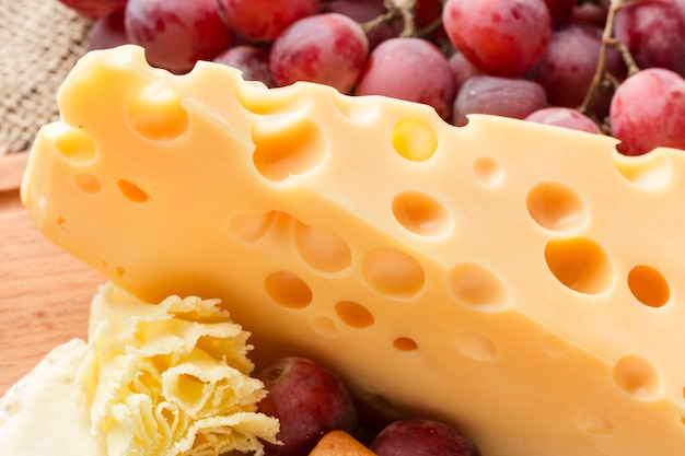 Close-up gastronomische emmentaler kaas met druiven