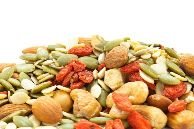 Close-up geassorteerde noten zijn amandelen, zonnebloempitten, meloenpitten, cashewnoten, gekruide kee.