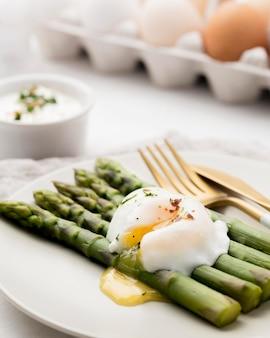 Close-up gebakken ei met asperges