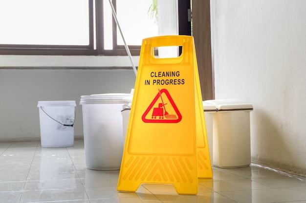 Close-up geel waarschuwingsbord met bericht reiniging bezig
