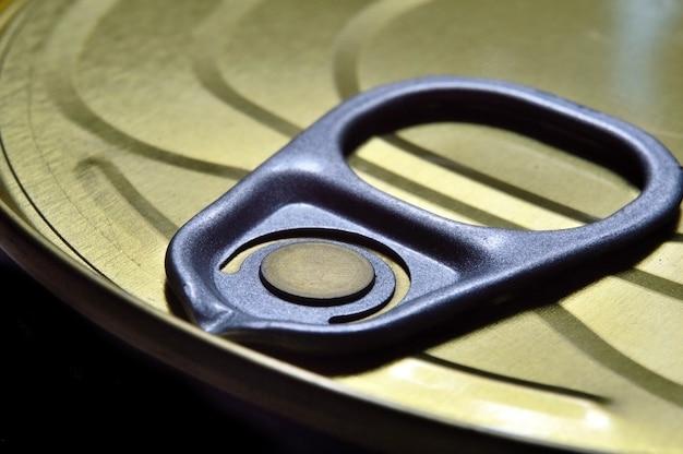Close-up gefotografeerd deksel van een blikje met een sleutel. uitzicht van boven.